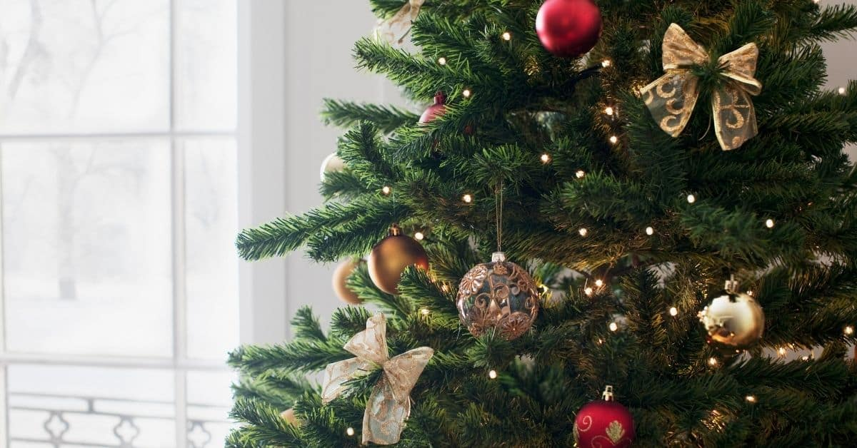 Need ideas for a travel themed Christmas tree? Here's a few ways to celebrate your love of travel and decorate for the holidays.