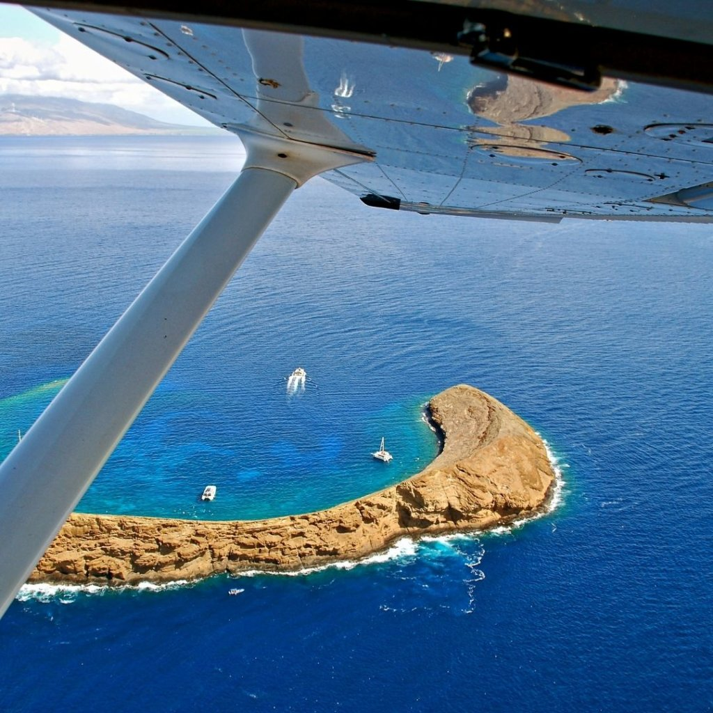 Photo looking out of a small plane traveling between Hawaiian islands.